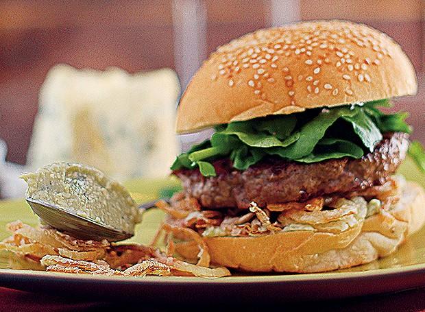 Hambúrguer com gorgonzola, cebolas crocantes e agrião