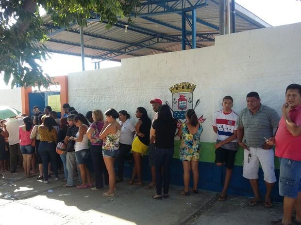 Longas filas se formam na Escola Municipal Antilhon Ribeiro Soares, no Lourival Parente, em Teresina. (Foto: Karinne Katyuzia/G1 Piauí)
