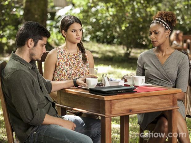 André pede para elas pagarem a conta e sai para ficar sozinho  (Foto: Inácio / TV Globo)