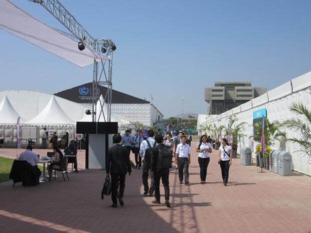Movimento no local onde acontece a Conferência da ONU, chamado de Pentagonito, sede do Exército Peruano (Foto: Eduardo Carvalho/G1)