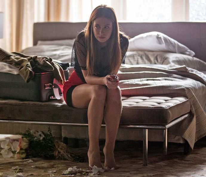 Eliza chora sozinha no quarto (Foto: Fabiano Battaglin)