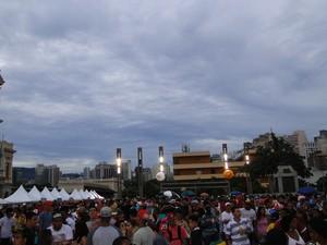 17.02 - Público começa a se reunir para show na Praça da Estação, em BH (Foto: Tábata Poline / G1)