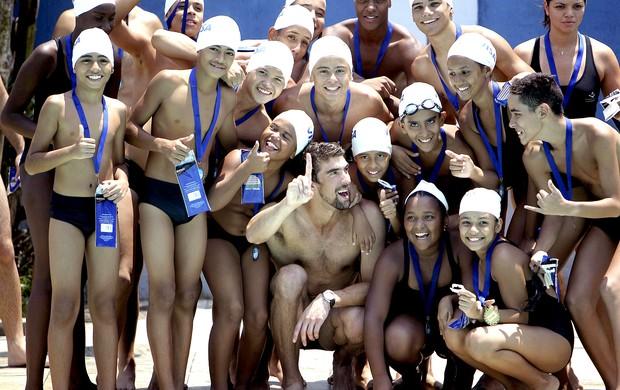 Michael Phelps na piscina do Complexo do Alemão (Foto: EFE)