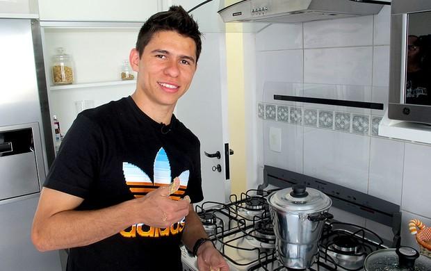 Osvaldo receita do cuscuz especial casa São Paulo (Foto: Daniel Romeu / Globoesporte.com)