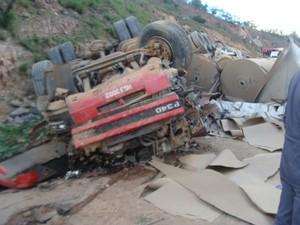 Motorista do caminhão morreu preso às ferragens (Foto: Polícia Rodoviária Federal)