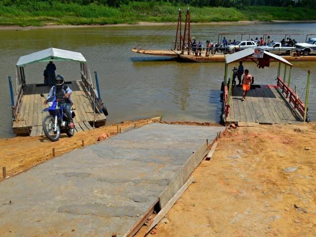 Barqueiros fazem cota e constroem rampa em porto de Rodrigues Alves, no Acre (Foto: Adelcimar Carvalho/G1)