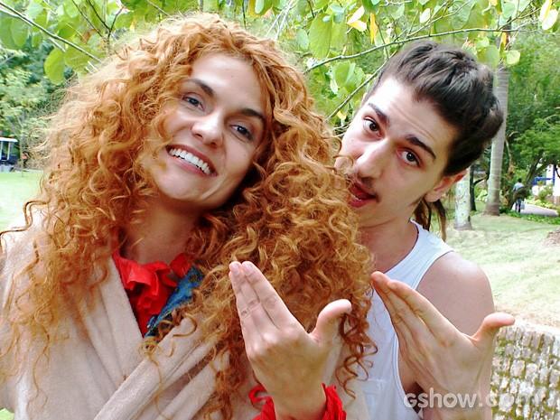 Paula Barbosa e Johnny Massaro comemoram sucesso do casal 'Ginando' (Foto: Meu Pedacinho de Chão/TV Globo)