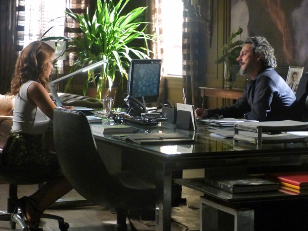 Zé conta sobre informante para Cristina (Foto: Tatiana Helich/ Gshow)