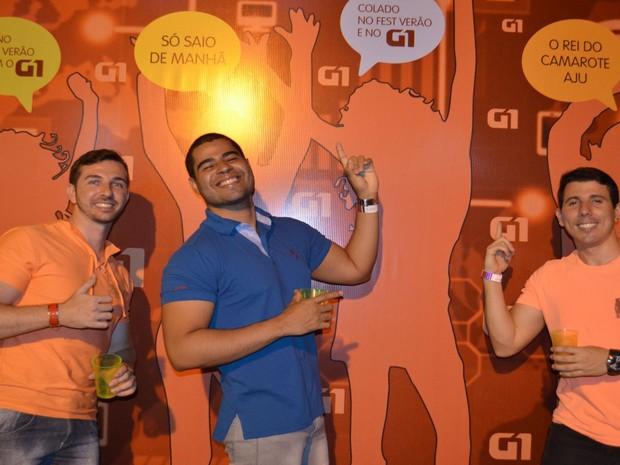 Amigos curtem o painel interativo do G1 Sergipe (Foto: Marina Fontenele/G1)