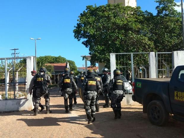 Policiais da Força Nacional se preparam para entrar em Alcaçuz (Foto: Anderson Barbosa/G1)