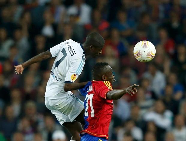 Ramires e Zoua, Basel x Chelsea (Foto: Reuters)