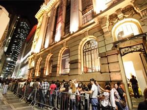 Pessoas aguardavam em fila para ver exposição de obras impressionistas no Centro Cultural Banco do Brasil. (Foto: William Volcov/Brazil Photo Press/AE)