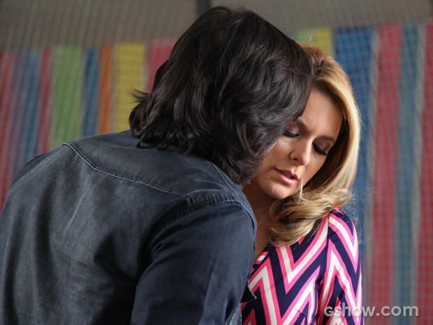Os dois se beijam e a loira logo se afasta, nervosa (Foto: Inácio Moraes/Geração Brasil)