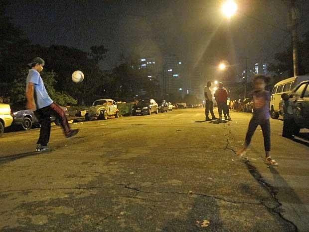 Crianças brincam na rua em frente à casa onde aconteceu a ceia.  (Foto: Paulo Toledo Piza / G1)