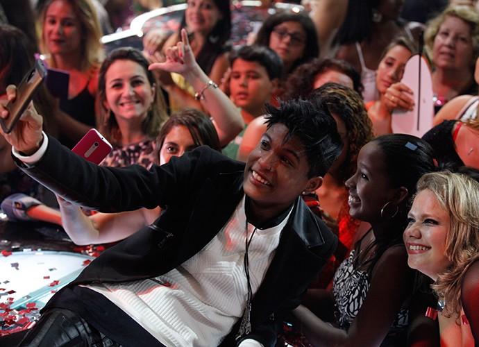 Seguindo o mestre Brown, Junior Lord também posa para selfies com a plateia (Foto: Isabella Pinheiro)