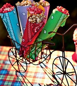 Que tal inventar moda e oferecer pipoca doce aos convidados em cones feitos com bandanas? Um charme! (Foto: Foto Ricardo Corrêa/Editora Globo | Realização Cláudia Pixu | Produção Luana Prade)