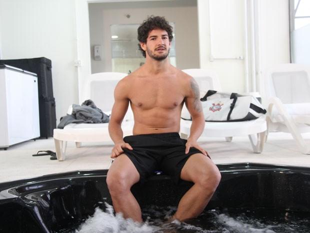 Alexandre Pato vai entrar na banheira.... (Foto: Amor à Vida/TV Globo)