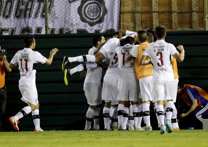 Jogadores do Olimpia comemoram gol contra Huachipato (Foto: REUTERS/Jorge Adorno)