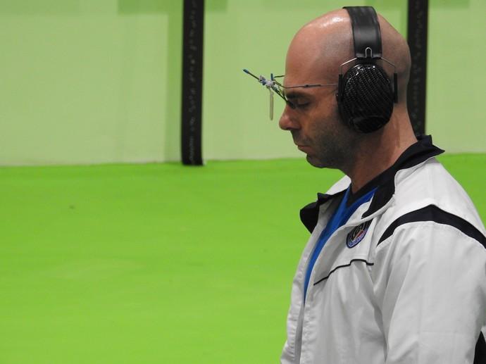 Giuseppe Giordano, da Itália, se concentra na prova de tiro esportivo, na Copa do Mundo, em Deodoro (Foto: Alexandre Alliatti \ GloboEsporte.com)
