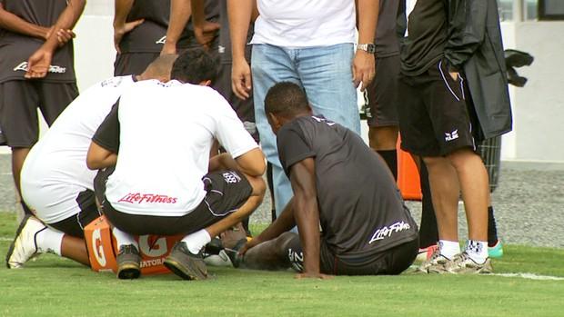 Zagueiro Cleber sai de campo machucado (Foto: Carlos Velardi/ EPTV)
