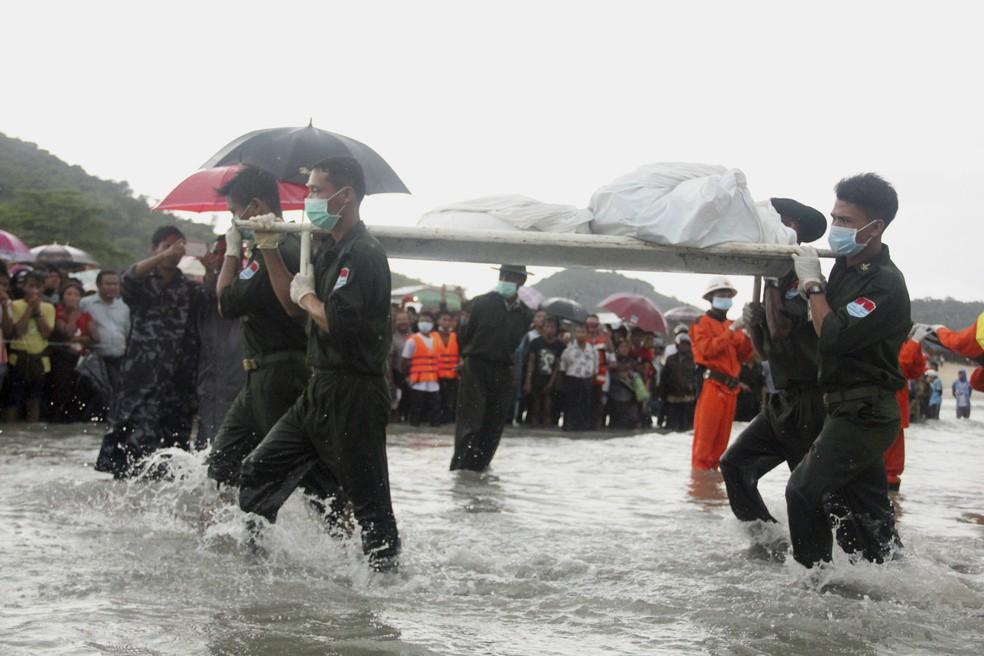 Corpos são resgatados no Mar de Andamão, em Mianmar (Foto: Esther Htusan/AP)