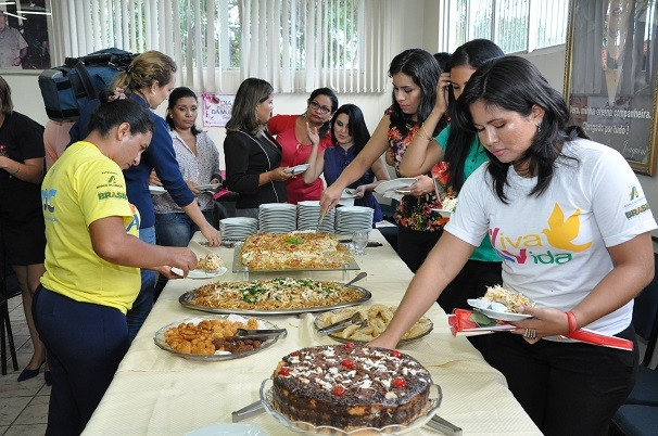 As colaboradoras se deliciaram com um maravilhoso coquetel (Foto: Zá Rodrigues )