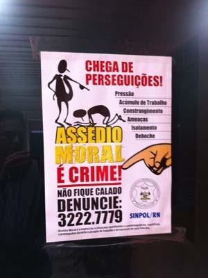 Segundo o Sinpol, esse foi um dos cartazes arrancados pelo secretário (Foto: Divulgação/Sinpol)