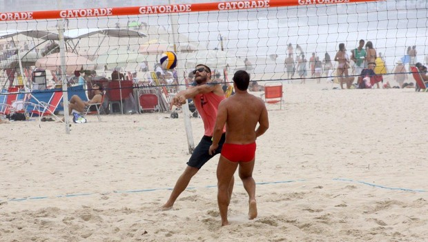 Rodrigo Hilbert joga vôlei na praia, no Rio (Foto: J.Humberto / AgNews)