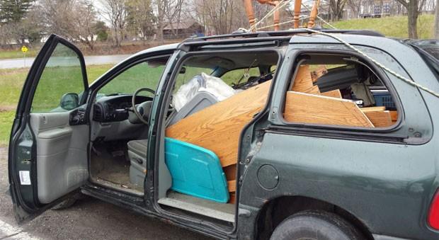 Motorista canadense foi acusado de dirigir veículo sem portas, vidros e placas  (Foto: Niagara Regional Police Service)