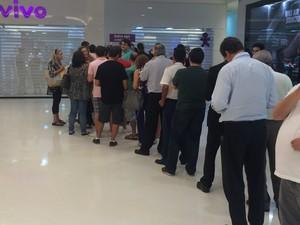 Clientes fazem fila em loja de operadora na Zona Sul do Rio para comprar o Iphone 6 (Foto: Daniel Silveira/G1)
