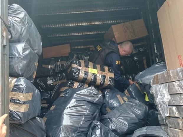 Tênis foram apreendidos em operação da Polícia Rodoviária (Foto: Divulgação/PRF)