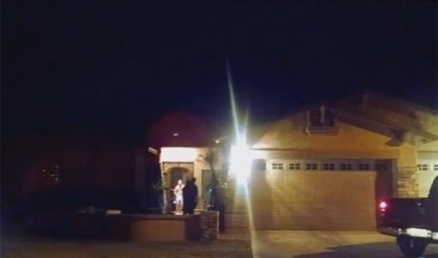 De cueca, chefe de polícia ameaçou grupo com bastão (Foto: Reprodução/YouTube/USA Today)