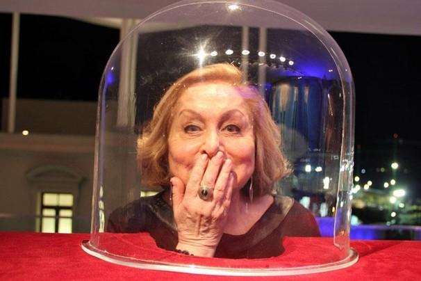Aracy Balabanian colca a cabeça no vidro do Belizário, personagem fantástico de Saramandaia (Foto: Vanessa Thees/Globo)