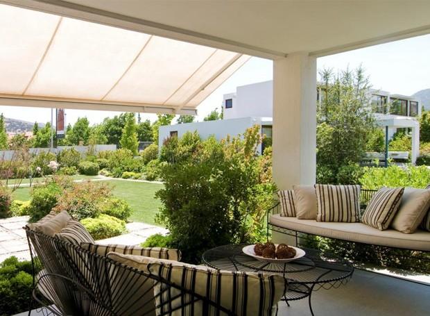 Os toldos tornam as áreas externas mais funcionais, ampliando os espaços de convivência da casa (Foto: Divulgação)