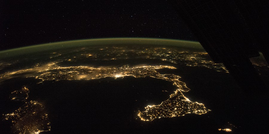 A península itálica durante a noite vista pela Estação Espacial Internacional (Foto: Nasa)