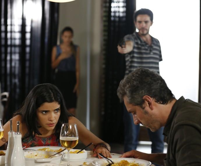 Tóia e Romero são surpreendidos por assalto em restaurante (Foto: Ellen Soares/Gshow)