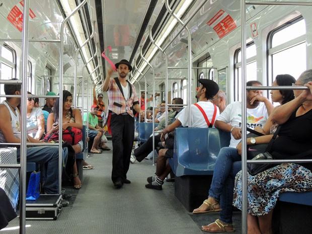 Número de mágicas animado por música clássica francesa no metrô é a ocupação atual de Wally (Foto: Marina Barbosa / G1)