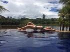 Ex-BBB Amanda Gontijo exibe corpo escultural na beira da piscina