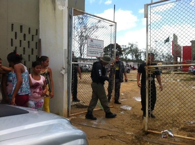 Mulheres se aglomeram na entrada de uma das unidades prisionais (Foto: Michelle Farias/G1)