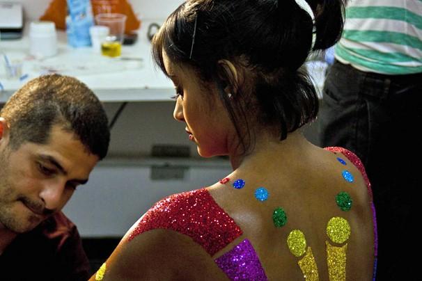 Aline Prado é maquiada para se transformar na Globeleza 2013 (Foto: Raphael Dias/Rede Globo)