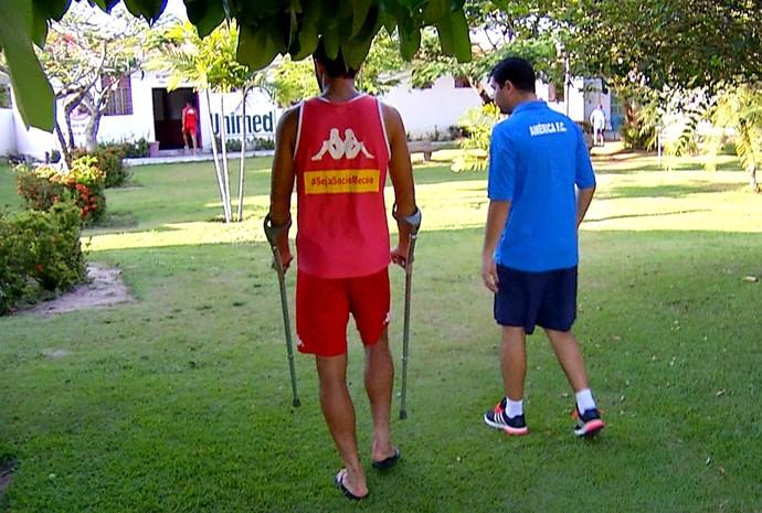 Rômulo - atacante do América-RN - lesão - muletas (Foto: Reprodução/Inter TV Cabugi)