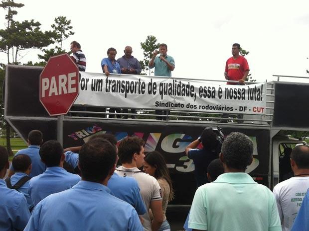 Presidente do Sindicato dos Rodoviários em discurso no Eixo Monumental (Foto: Paulo Pimenta/G1)