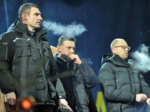 Líderes da oposição ucraniana, Vitali Klitschko, Svoboda Oleh Tyagnybok, e Arseniy Yatsenyuk (da esquerda para a direita), em reunião com manifestantes na Praça da Independência. (Foto: Vasily Maximov/AFP)
