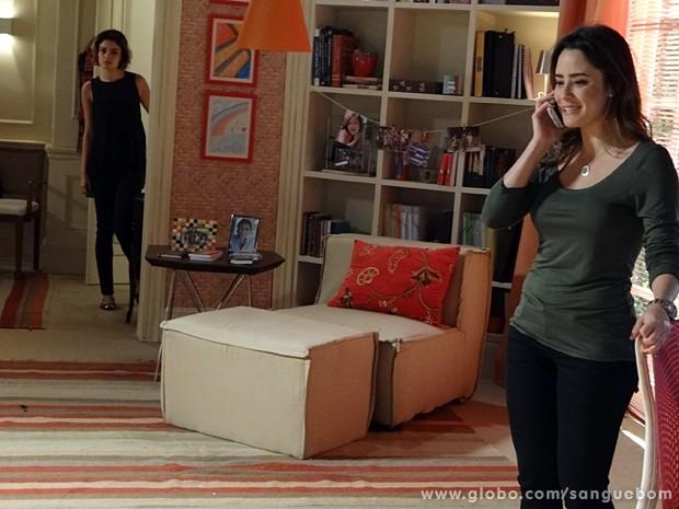 Amora ouve Malu ao telefone com Bento (Foto: Sangue Bom/TV Globo)