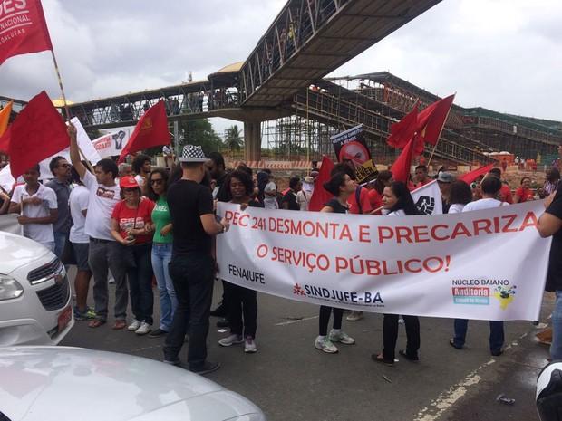 Grupo protesta contra governo Temer e PEC que limita gastos (Foto: Juliana Almirante/G1)