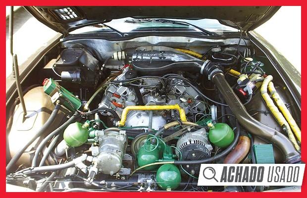Além do motor V6 2.7 Maserati, cofre é ocupado pelas esferas de pressurização da suspensão (Foto: Reprodução)