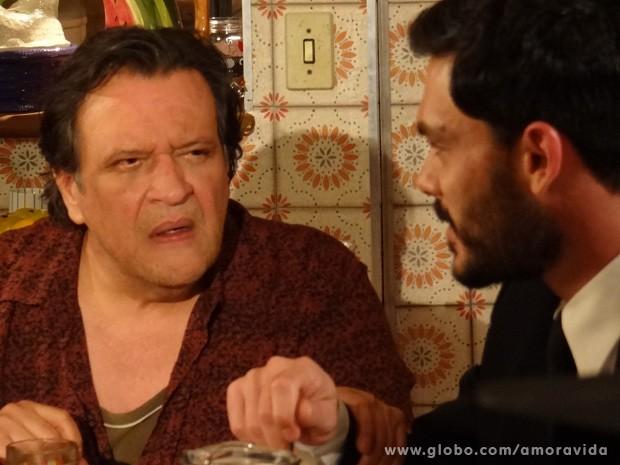 Atílio está achando o rosto de Maciel familiar (Foto: Amor à Vida / TV Globo)