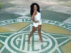 Camila Silva usa look curtinho em visita à quadra da Mocidade