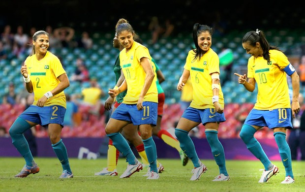 Marta comemora gol do Brasil contra Camar&#245;es (Foto: Reuters)