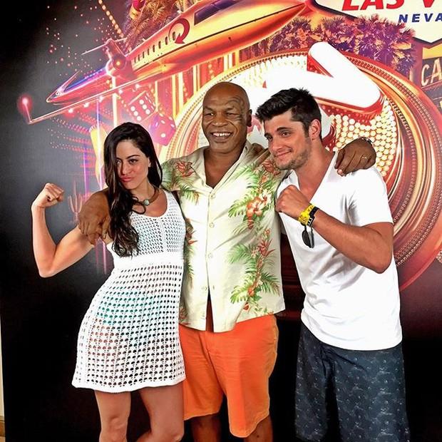 Bruno Gissoni e Carol Castro posam com Mike Tyson (Foto: Reprodução/Instagram)